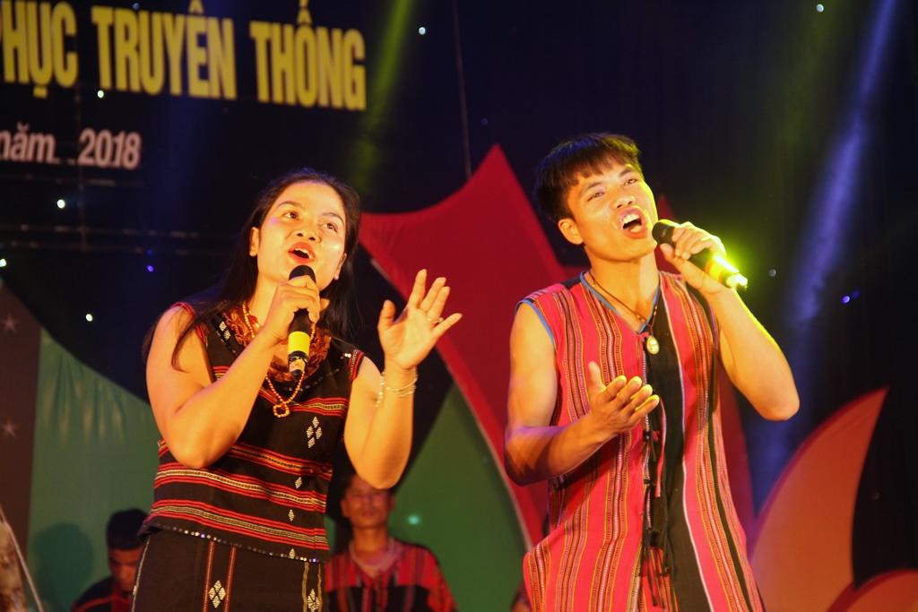 Tiết mục biểu diễn nghệ thuật hát dân ca của đồng bào Pa Kô ở tỉnh Quảng Trị mang nhiều cảm xúc cho người xem. Ảnh A.N