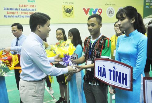 Phó Chủ tịch UBND tỉnh Trần Văn Tân tặng hoa cho các đoàn vận động viên.