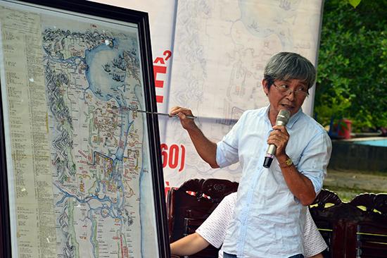 Nhà nghiên cứu Hồ Trung Tú diễn giải lại một số địa điểm trên phiên bản tấm bản đồ chiến sự mà ông sưu tầm được.
