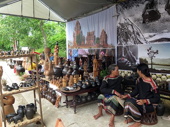 Các nghệ nhân tham dự Festival Gốm Thanh Hà. Ảnh: S.A