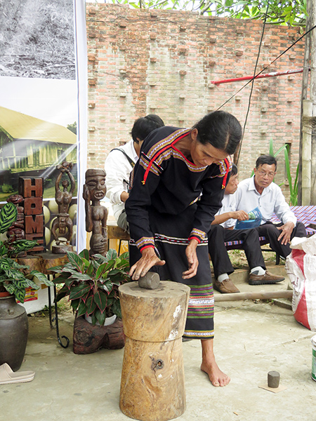 Nghệ nhân từ làng gốm Mơ Nông Đăk Lăk trình diễn các thao tác làm sản phẩm từ gốm.