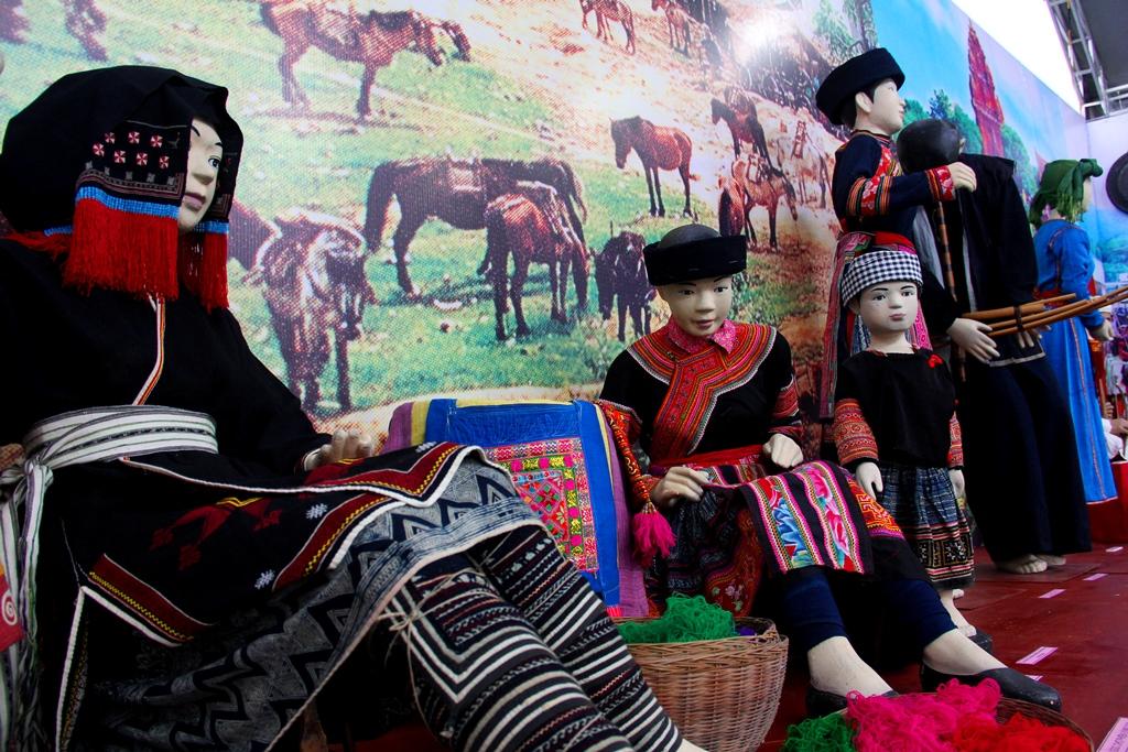 Trang phục truyền thống của đồng bào dân tộc thiểu số được trưng bày tại không gian của Bảo tàng Văn hóa các dân tộc Việt Nam tham gia ngày hội. Ảnh: A.N