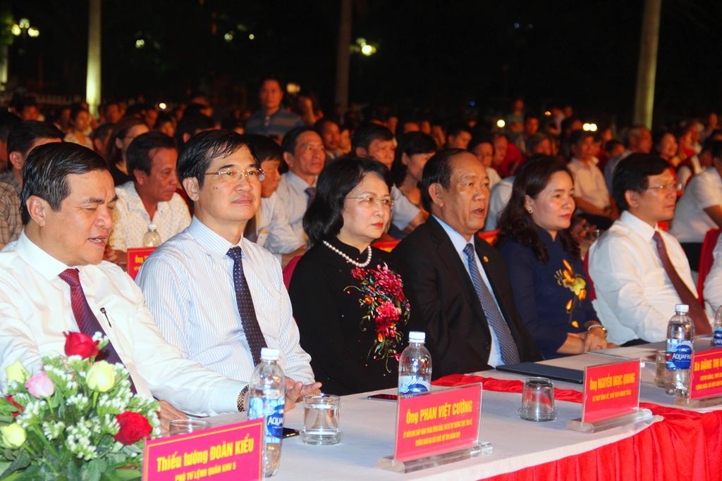Phó Chủ tịch nước Đặng Thị Ngọc Thinh (thứ 3 từ trái qua) cùng các đồng chí lãnh đạo tỉnh đến dự đêm khai mạc. Ảnh: A.N