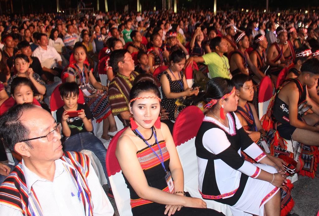 Rất đông người dân và các nghệ nhân của 13 tỉnh khu vực miền Trung đến xem và cổ vũ chương trình nghệ thuật đêm khai mạc. Ảnh: A.N