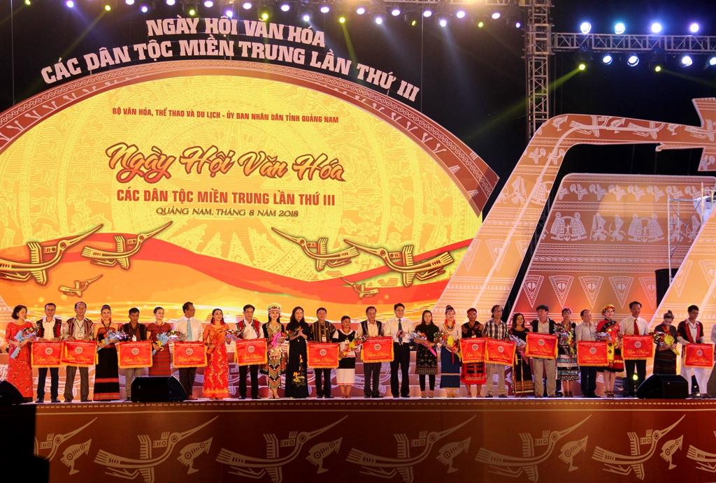 Đại diện Ban tổ chức ngày hội trao cờ lưu niệm cho các đoàn tham gia ngày hội. Ảnh: A.N