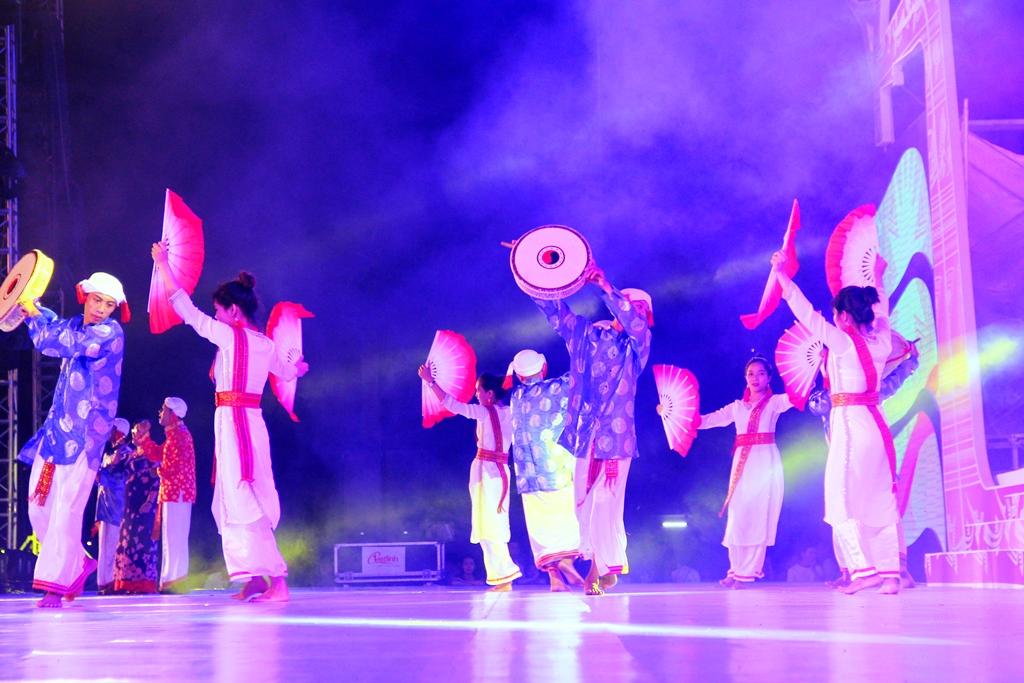 Các nghệ nhân người Chăm mang đến đêm khai mạc những sắc màu văn hóa đặc trưng đầy quyến rũ, mê hoặc, thông qua điệu múa truyền thống. Ảnh: A.N