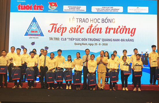 142 tân sinh viên được nhận học bổng tiếp sức đến trường của Báo Tuổi Trẻ. Ảnh: MINH HẢI