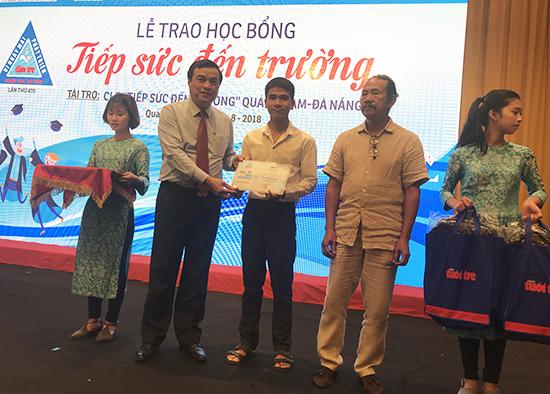Phó bí thư thường tỉnh ủy Phan Việt Cường tặng quà cho các tân sinh viên. Ảnh: MINH HẢI