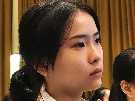Niềm vui và xúc động của tân sinh viên Đặng Ngọc Thùy Dung mồ côi cả cha lẫn mẹ khi được nhận học bổng. Ảnh: MINH HẢI