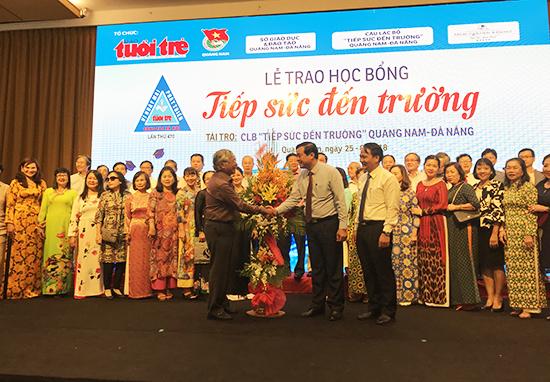Thay mặt lãnh đạo tỉnh, Phó bí thư thường trực tỉnh ủy, Phan Việt Cường tặng hoa cảm ơn CLB Tiếp sức đến trường và các mạnh thường quân đã đồng hành cùng Báo Tuổi Trẻ đã tiếp sức cho các tân sinh viên. Ảnh: MINH HẢI