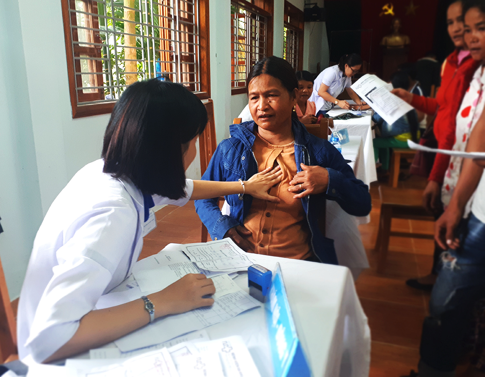 Các bác sĩ Bệnh viện Minh Thiện khám bệnh miễn phí cho người dân xã Trà Mai (Nam Trà My). Ảnh: T.T