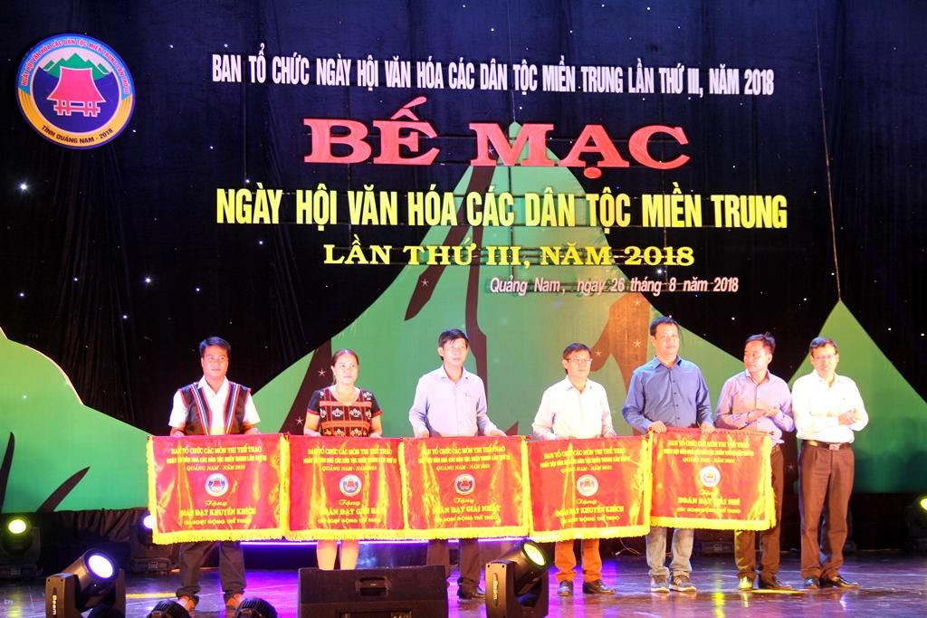 Đại diện Ban tổ chức trao bằng khen, chứng nhận cho các đơn vị đoạt giải trong ngày hội. Ảnh: A.N