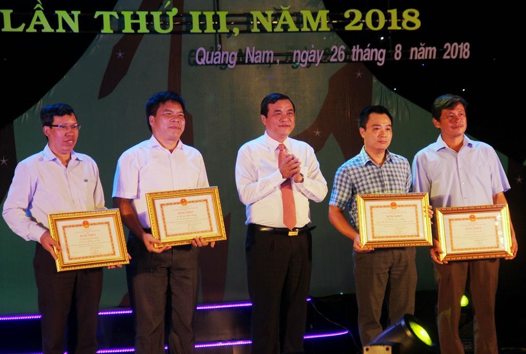 Thay mặt lãnh đạo tỉnh, Phó Bí thư Thường trực Tỉnh ủy Phan Việt Cường trao bằng khen cho các cá nhân có nhiều đóng góp vào sự thành công chung của ngày hội. Ảnh: A.N