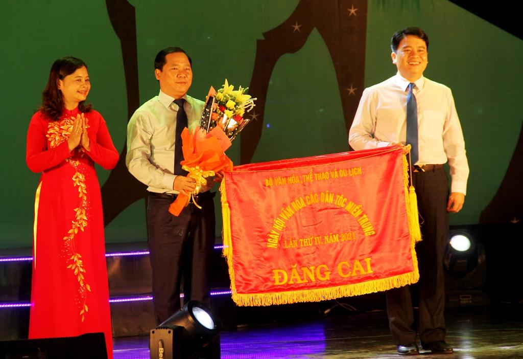 Ban tổ chức ngày hội trao cờ đăng cai lần thứ 4 cho tỉnh Bình Định. Ảnh: A.N