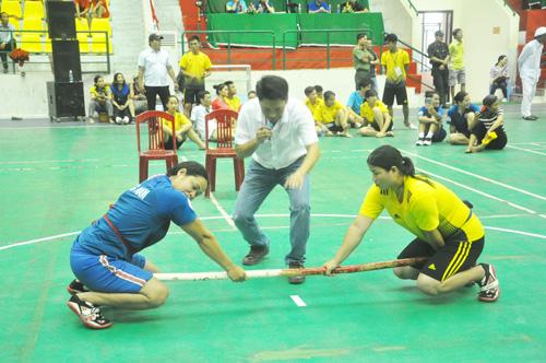 Các vận động viên môn đẩy gậy Quảng Nam (bên trái) tỏ ra khá mạnh so với đối thủ. Ảnh: T.V