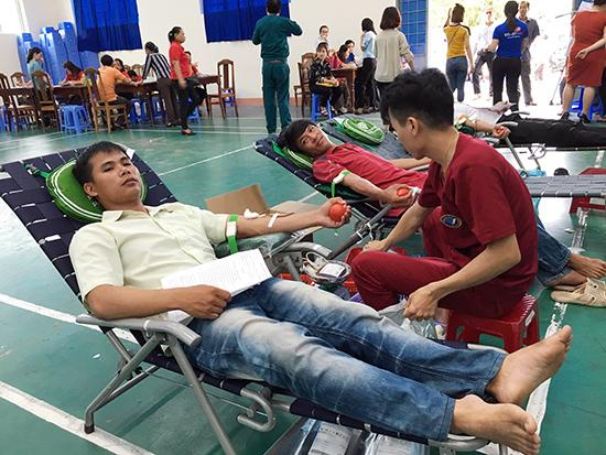 Công nhân các nhà máy xí nghiệp tranh thủ hiến máu tình nguyện trước khi vào ca làm.