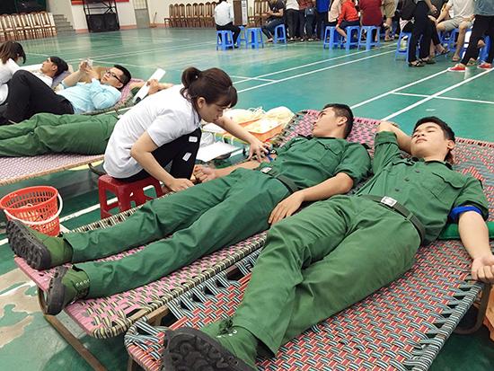 Lực lượng biên phòng tỉnh tham gia hiến máu tình nguyện.
