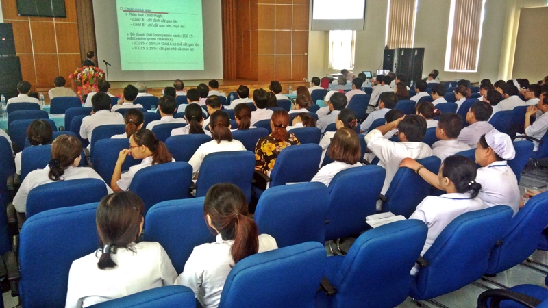 PGS - TS. Lê Lộc, Chủ tịch Hội gan, mật miền Trung, Tây Nguyên báo cáo khoa học về cập nhật các phương pháp điều trị ung thư gan tại hội thảo. Ảnh: Đ. ĐẠO