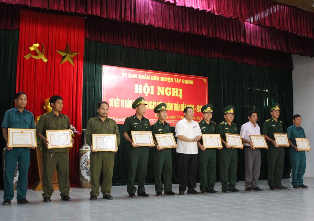 tập thể và 22 cá nhân có thành tích xuất sắc trong 10 năm thực hiện Ngày biên phòng toàn dân.