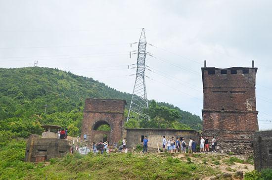 Lô cốt Mỹ, cổng Thiên hạ Đệ nhất hùng quan và cổng Hải Vân Quan (bên phải). Ảnh: N.T.B