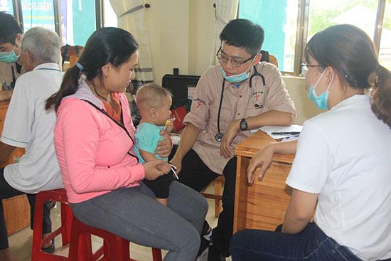 Người dân được khám và cấp phát thuốc miễn phí tại Trung tâm Y tế huyện Phú Ninh do tổ chức Taiwan Root tài trợ. Ảnh: N.DƯƠNG