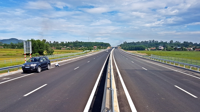 Tuyến cao tốc Đà Nẵng - Quảng Ngãi có chiều dài gần 140km, tiêu chuẩn đường cao tốc loại A với 4 làn xe lưu thông. Ảnh: Đ. ĐẠO