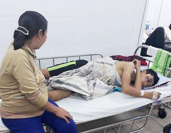 Em Võ Văn Quốc đang điều trị tại Bệnh viện Đa khoa tỉnh.Ảnh: Đ.Q