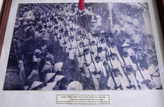 """Tấm ảnh """"Cuộc tuần hành thị uy của nhân dân Hội An sau khi giành chính quyền 1945"""" tại Bảo tàng Hội An."""