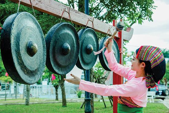 Thiếu nữ dân tộc Thái (Thanh Hóa) biểu diễn đánh cồng chiêng tại Ngày hội Văn hóa các dân tộc miền Trung lần thứ III - 2018.Ảnh: PHƯƠNG THẢO