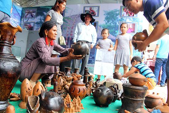Một không gian trưng bày sản phẩm gốm của các nghệ nhân tỉnh Ninh Thuận. Ảnh:  ALĂNG NGƯỚC