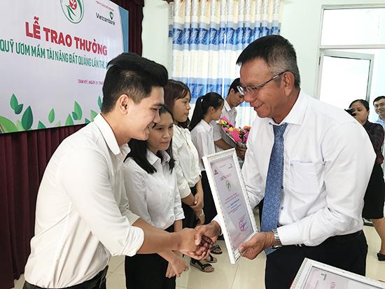 Ông Nguyễn Quang Việt - Giám đốc Vietcombank Quảng Nam trao thưởng Quỹ Ươm mầm tài năng đất Quảng lần thứ 9. Ảnh: HẢI ĐẠO