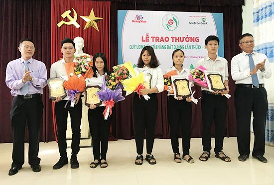 Giải thưởng Quỹ Ươm mầm tài năng đất Quảng do Báo Quảng Nam sáng lập đang là kênh khuyến học, khuyến tài hiệu quả khi các học sinh, sinh viên, vận động viên nhận giải thưởng đã và đang trở thành những người có đóng góp cho đất nước, quê hương. Ảnh: HẢI ĐẠO