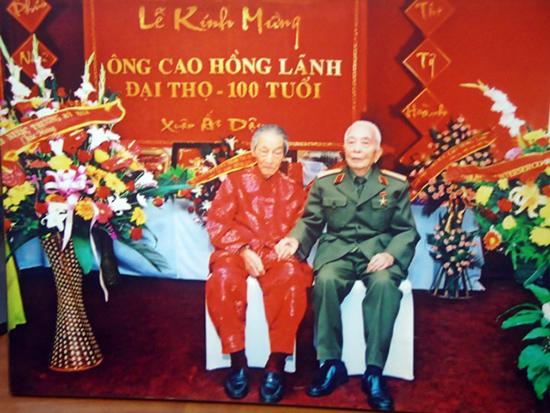 Đại tướng Võ Nguyên Giáp chụp ảnh chung với nhà cách mạng Cao Hồng Lãnh nhân dịp mừng thọ 100 tuổi.