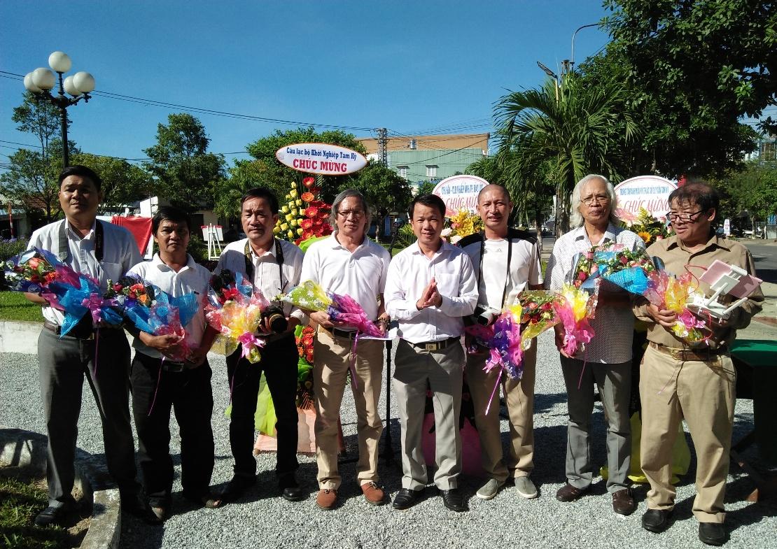 Lãnh đạo TP.Tam Kỳ tặng hoa cho hội viên CLB Nhiếp ảnh Tam Kỳ tại khai mạc triển lãm.