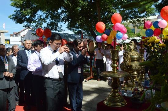 Phó Chủ tịch HĐND tỉnh Võ Hồng cùng Phó Chủ tịch UBND tỉnh Lê Trí Thanh dâng hương trước tượng đài cụ Nguyễn Duy Hiệu