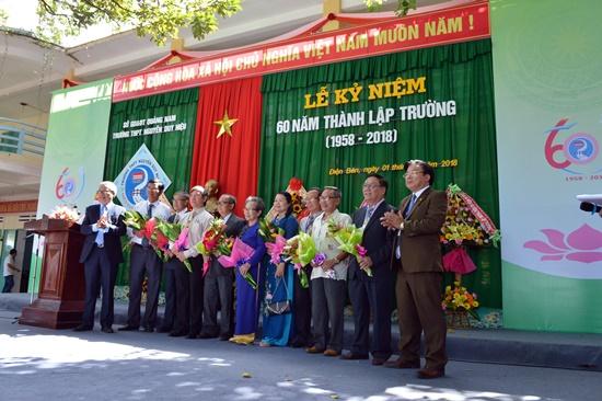 Tặng hoa tri ân những cựu giào viên nhà trường