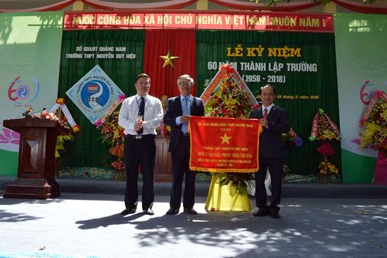 Đón nhận Cờ thi đua của Chủ tịch UBND tỉnh trao tặng