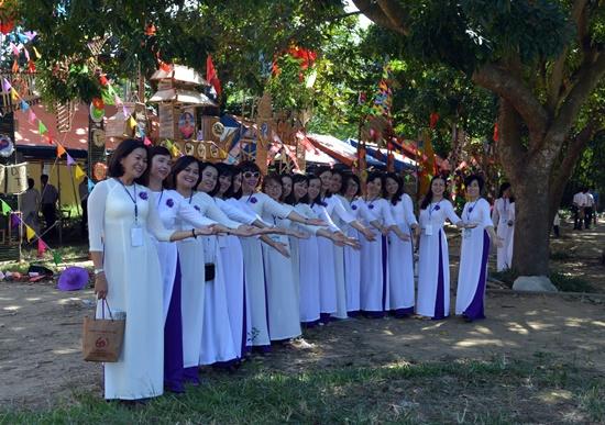 Nhiều thế hệ học sinh đã về trường trong ngày kỷ niệm 60 thành lâp trường Nguyễn Duy Hiệu