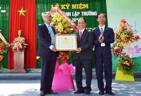 Nhà trường đón nhận Bằng khen của Bộ trưởng Bộ GD- ĐT. Ảnh: K.L