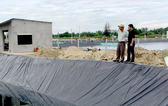 Ông Thâm hiện đang tiếp tục đầu tư thêm hồ tôm ở khu vực nuôi tôm tập trung ở huyện Duy Xuyên. Ảnh: VIỆT VINH