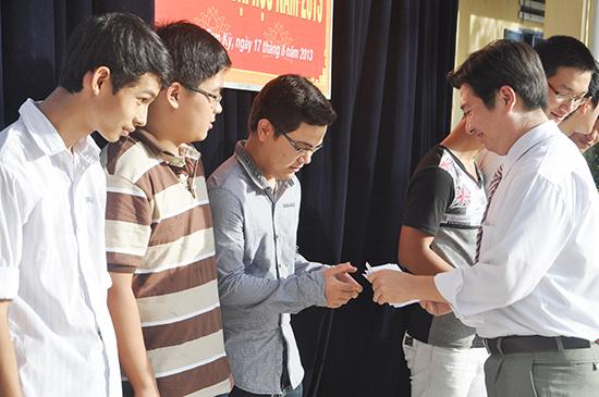Trường THPT Hà Huy Tập tổ chức khen thưởng học sinh đạt điểm cao tuyển sinh đại học. Ảnh: XUÂN PHÚ