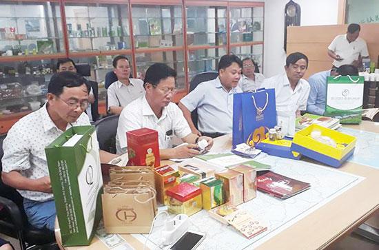 Đoàn công tác Sở Công Thương giới thiệu sản phẩm đặc trưng xứ Quảng với đối tác Hàn Quốc. Ảnh: L.Đ.H.M