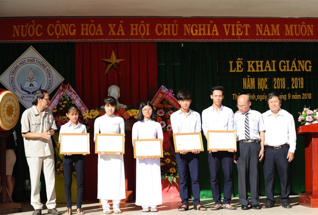 Trao tặng học bổng Triệu Tấn Hùng cho các em sinh viên l học sinh cũ của