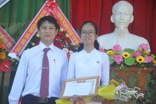 Khen thưởng cho HS đỗ thủ khoa kỳ thi tuyển sinh 10. Ảnh ;X.P