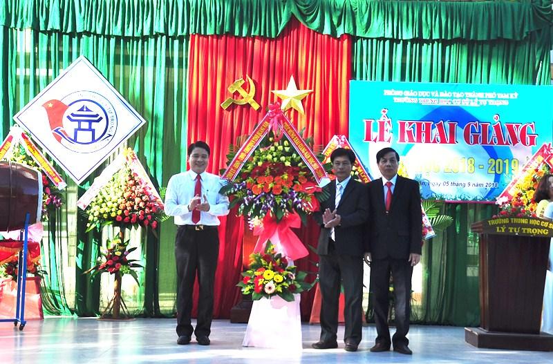 Phó Chủ tịch UBND tỉnh Trần Văn Tân tặng lẵng hoa chúc mừng khai giảng năm học mới. Ảnh: VINH ANH