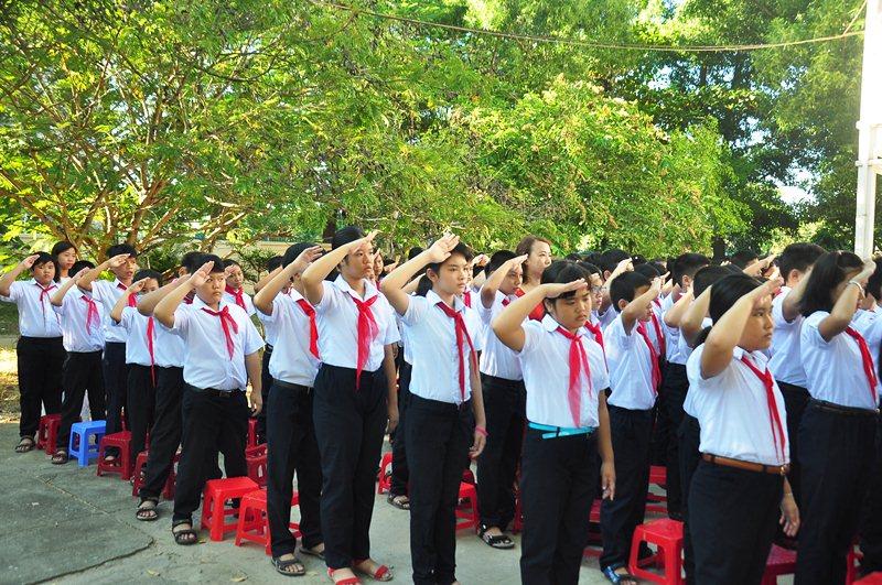 Các em học sinh lớp sinh lớp 6 chào cờ nhân lễ khai giảng tại trường học mới. Ảnh: VINH ANH