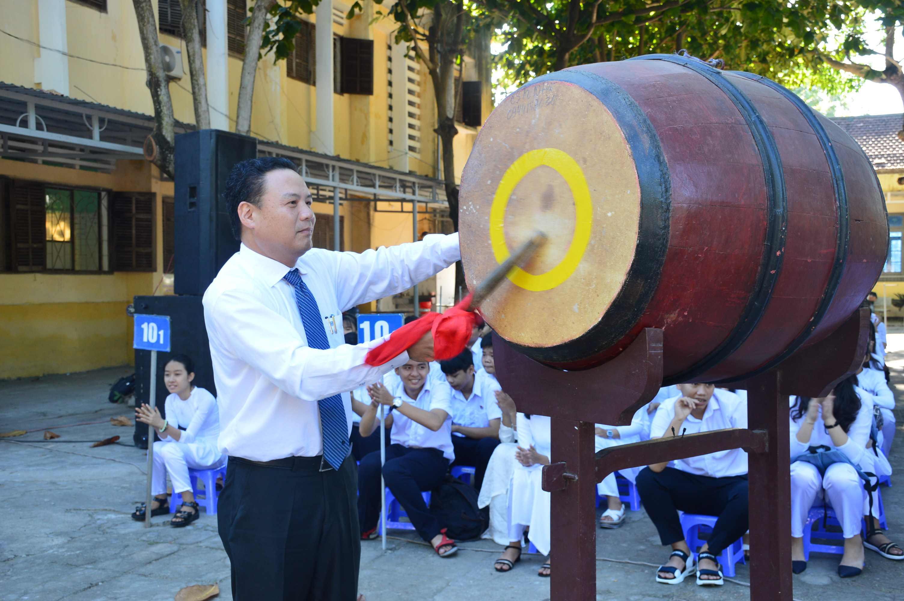 Phó Chủ tịch UBND tỉnh Lê Văn Thanh đánh hồi trống chào mừng năm học mới. Ảnh: Q.T