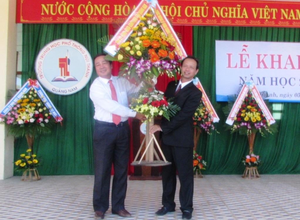 Phó Chủ tịch UBND tỉnh Huỳnh Khánh Toàn tặng hoa cho lãnh đạo nhà trường. Ảnh: V.P