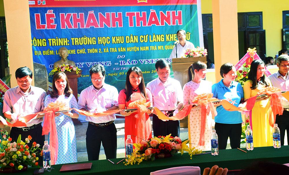 Cắt băng khánh thành Trường học khu dân cư Làng Khe Chữ. Ảnh: THANH THẮNG