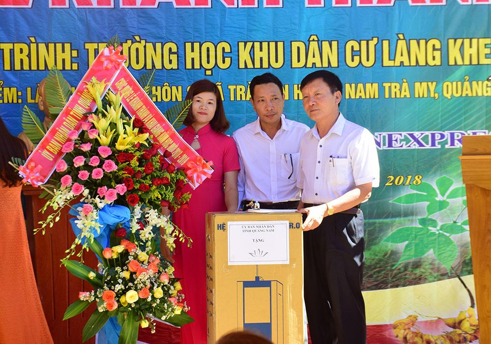 Đại diện UBND tỉnh tặng quà cho Trường học Khu dân cư Khe Chữ. Ảnh: THANH THẮNG